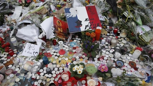 Des fleurs, des chandelles et des messages de solidarité s'amoncellent sur la Place de la République, à Paris, à la suite des attaques terroristes.