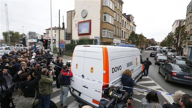 Une vaste opération policière est en cours à Molenbeek, près de Bruxelles, sous le regard attentif des journalistes.