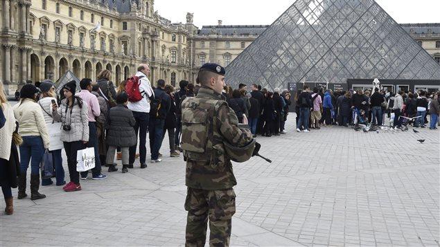 Des militaires assurent la sécurité au Louvre