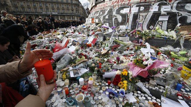 Des Parisiens rassemblés sur la Place de la République, à Paris, pour observer une minute de silence, le 16 novembre 2015.