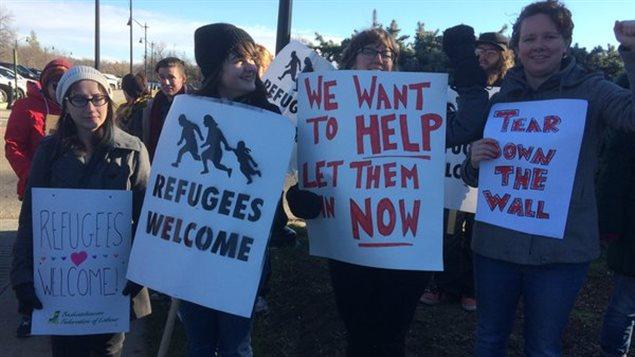 مجموعة من سكان ريجاينا يرحبون بمجيء لاجئين إليها