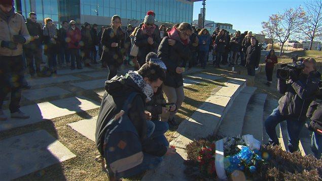Des étudiants de l'Université de Sherbrooke lors d'un rassemblement en l'honneur des victimes des attentats de Paris