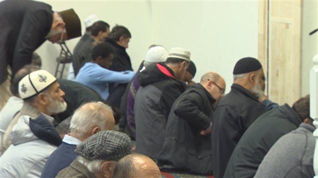 Des musulmans prient dans une mosquée du Grand Vancouver