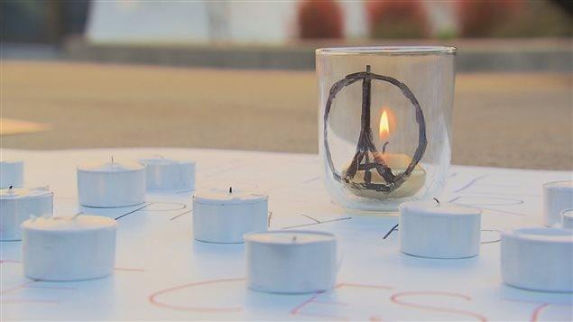 Un lampion allumé en mémoire des victimes des attentats de Paris