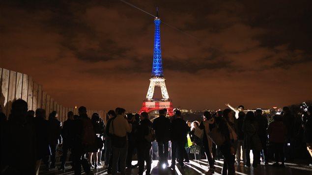 La Tour Eiffel éclairée aux couleurs tricolores après les attentats de Paris