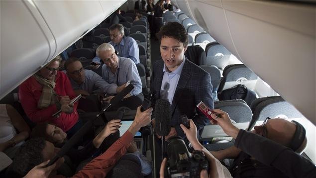 À bord de l'avion qui l'amenait au sommet de la Coopération économique Asie-Pacifique (APEC) à Manille, ce matin, le premier ministre Justin Trudeau a répondu aux questions des journalistes sur le groupe armé État islamique et sur l'accueil des réfugiés.