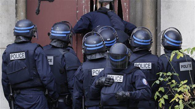 Les policiers donnent l'assaut dans une église de Saint-Denis