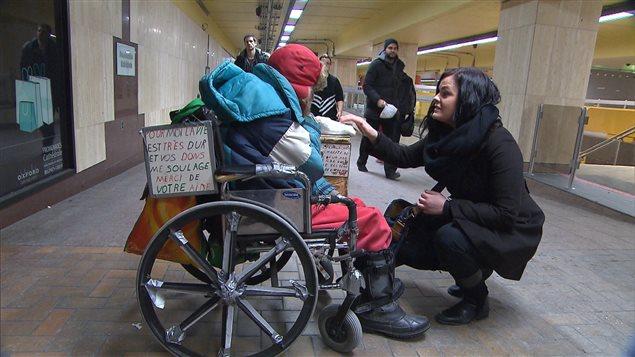 Une personne qui mendie dans le métro de Montréal     Photo : ICI Radio-Canada