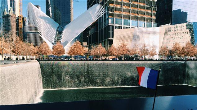 Hommage aux victimes des attentats de Paris au mémorial du 11-Septembre, à New York