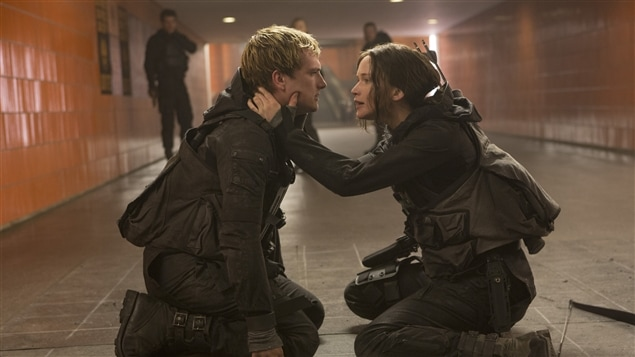 Josh Hutcherson et Jennifer Lawrence dans <i>Hunger Games : Mockingjay Part 2</i>, de Francis Lawrence
