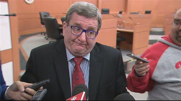 Le maire de Québec, Régis Labeaume, admet qu'il n'aurait pas dû déclarer qu'il voulait accueillir des jeunes orphelins et des familles et non des « gars de 20 ans frustrés », en parlant des réfugiés syriens.