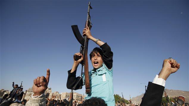 L'UNICEF rapporte le fait que le recrutement et l'utilisation des enfants dans les combats au Yémen ont considérablement augmenté. Comme ce jeune garçon qui « tient une mitrailleuse lors d'une manifestation houleuse qui visait à dénoncer une grève menée par des travailleurs saoudiens à Sanaa », de plus en plus d'enfants jouent un rôle actif et ils se voient assignés aux points de contrôle et portent des armes.