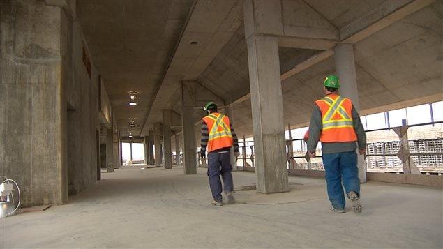 L'Université de Victoria travaille également àla mise au point de deux nouveaux outils pouvant mesurer la durée de vie et la solidité du béton dans les édifices et les autres infrastructures.
