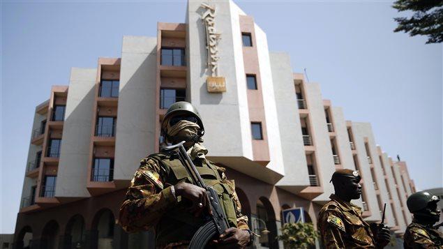 Sécurité renforcée autour de l'hôtel Radisson à Bamako.