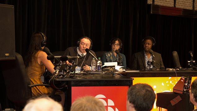 Michel Désautels au Salon du livre en compagnie de la psychologue Ghayda Hassan (de dos), de Marie-France Abastado et de Léo Kalinda