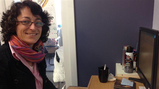 Sarah Marty, directrice de Vancouver en français, assise à son bureau