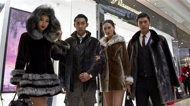 Des mannequins portent des manteaus en fourrure de phoque du Canada, devant le magasin Always in Vogue à Shenyang en Chine