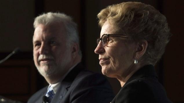 La première ministre de l'Ontario, Kathleen Wynne, en compagnie de son homologue québécois, Philippe Couillard, à Ottawa le 20 novembre.