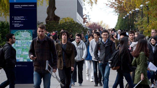 Des élèves sur le campus de UBC à Vancouver.