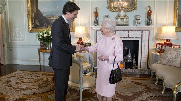 Justin Trudeau, premier ministre du Canada, rencontre la reine Élisabeth II, en novembre 2015, au palais de Buckingham.