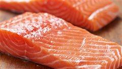 Un pavé de saumon cru.