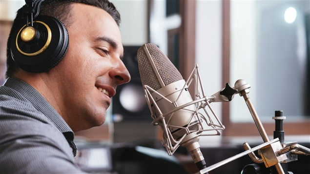 Un homme enregistre une narration.