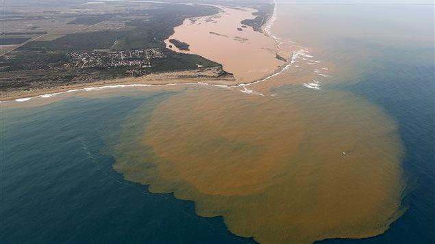 Vue aérienne de la coulée de boue dans le fleuve Rio Dolce suite au déversement du 5 novembre 2015.
