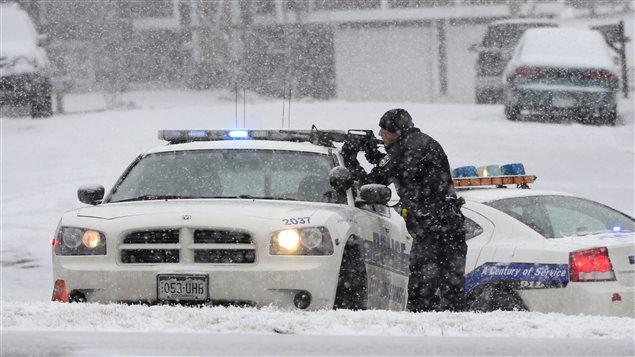Un policier posté près de la clinique Planned Parenthood, au Colorado, où a lieu une fusillade.