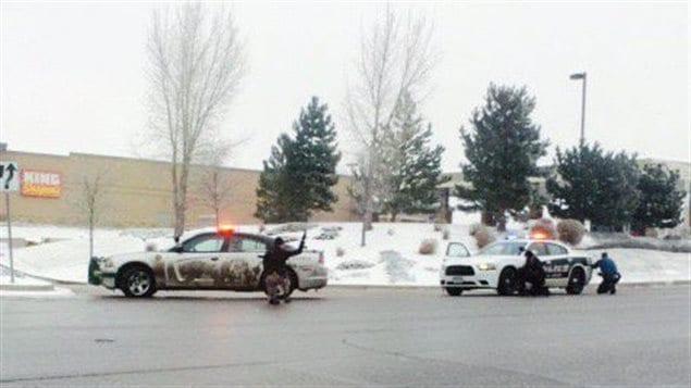 Des policiers interviennent sur les lieux d'une fusillade, près d'une clinique, au Colorado.