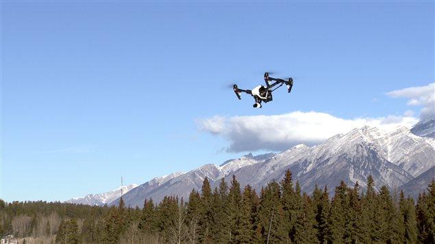 Un dron captura imágenes de las Rocosas Canadienses.