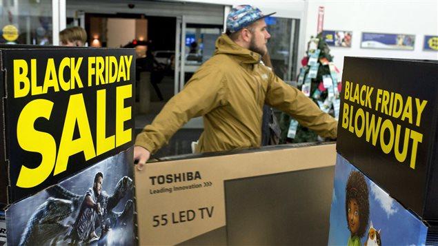 Un chasseur d'aubaines du Vendredi fou achète un écran géant à Ottawa, ce matin.