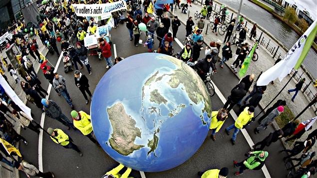 À Berlin, en Allemagne, des manifestants participent à une marche à la veille de la conférence Paris Climat.