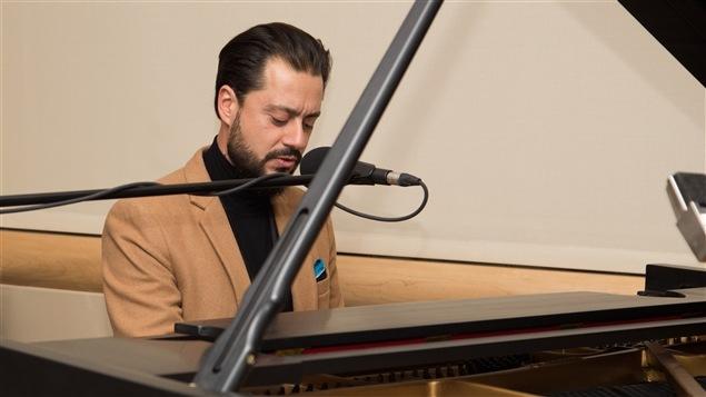 Le Dr Christian Boukaram est aussi pianiste. Il a commencé la deuxième heure de l'émission en interprétant <i>Hallelujah</i>, de Leonard Cohen.