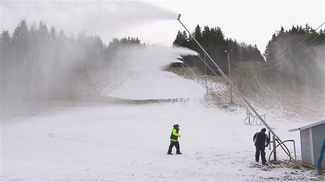 Les canons de neige artificielle sont déjà en marche.