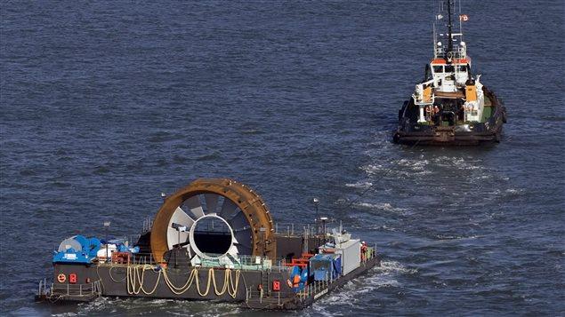 Ce n'est pas la première fois que la compagnie OpenHydro tente de produire de l'électricité avec les hautes marées de la baie de Fundy, en Nouvelle-Écosse. En 2009, elle a installé cette turbine, dont les pales n'ont pas résisté à la force des marées.