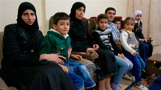 La famille Houdhoud, à Beyrouth, attend de connaître sa date de départ pour le Canada. Alaa est à l'extrême gauche sur la photo.