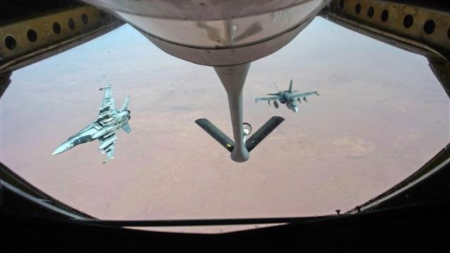 Des avions CF-18 se ravitaillent au cours de l'une des frappes aériennes canadiennes en Irak, en octobre 2014.