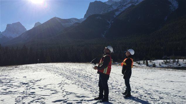 Mitch Drzymala y su colega piloteando un dron.