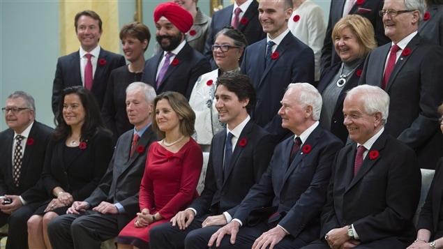 Le premier ministre Justin Trudeau entouré de quelques membres de son cabinet et du gouverneur général David Johnston, le 4 novembre 2015
