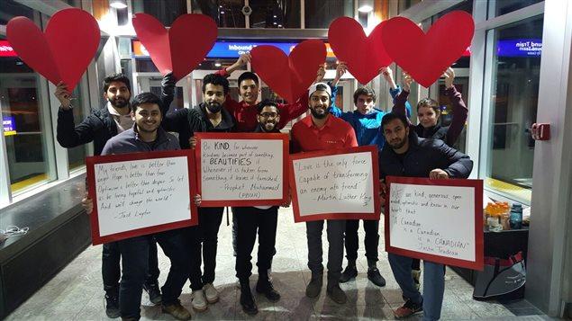 Des messages d'amour pour répondre aux graffitis haineux à la station de LRT Tuscany de Calgary.