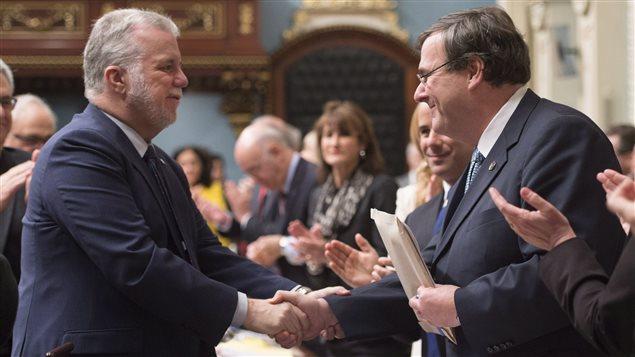 Le premier ministre Philippe Couillard et le ministre de l'Éducation Françcois Blais à l'Assemblée nationale, le 4 décembre.