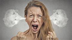 Une femme est fachée à un point tel que de la fumée lui sort par les oreilles.