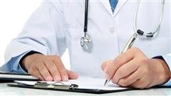 Un médecin rédigeant une prescription