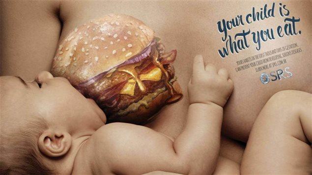 Une des affiches de la campagne brésilienne choc Your child is what you eat     Photo : Société de pédiatrie du Brésil de Rio Grande (SPRS). Les campagnes d'allaitement devraient éviter la polarisation si elles veulent demeurer efficaces affirment des experts.