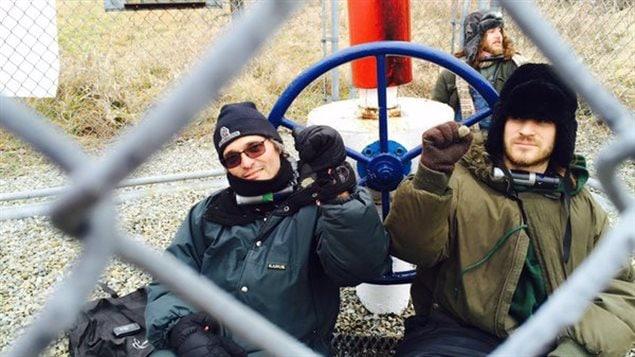 Trois manifestants sont enchaînés à la valve no 38 du pipeline 9B de la compagnie Enbridge.