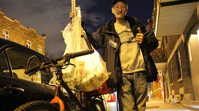 Denis, surnommé « Casse la can », ramasseur de canettes à Montréal
