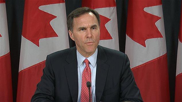 Le ministre canadien des Finances Bill Morneau annonce que la mise de fonds passera de 5 % à 10 % pour la portion du coût excédant le seuil du demi-million de dollars.