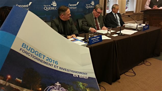 Le maire Labeaume dépose le budget 2016 de la Ville de Québec.