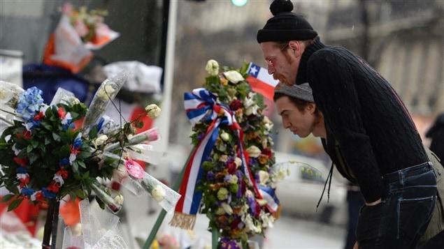 أعضاء فريق الروك الأميركي ايغلز اوف دث ميتال أمام مسرح باتاكلان الذي استهدفه الإرهاب في باريس