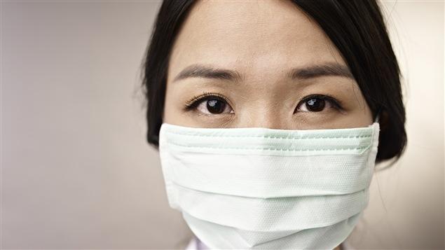 Une femme portant un masque sanitaire
